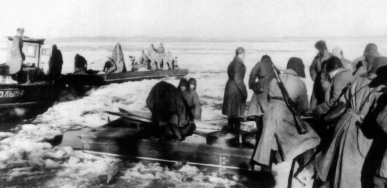 Катер «Колыма» с десантом на реке Волга перед выходом на боевую операцию. Сталинград, 1942 г.