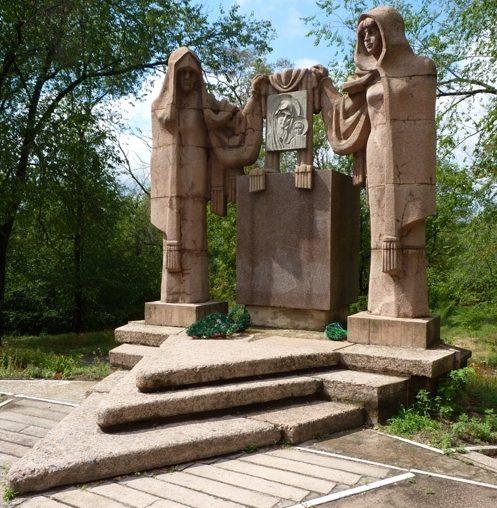 п. Днепровское Верхнеднепровского р-на. Памятник, установленный на братской могиле, которой похоронено 95 советских воинов, погибших при освобождении села и форсировании Днепра.