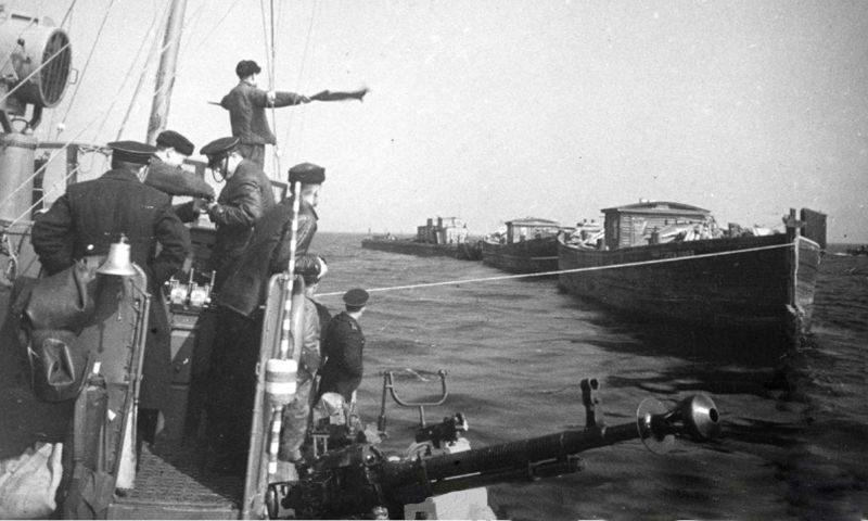 Малый охотник типа МО-4 буксирует баржи с продовольствием для Ленинграда. Ладожское озеро. Апрель 1943 г.