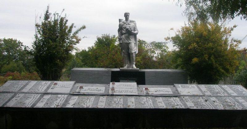 п. Днепровское Верхнеднепровского р-на. Мемориал, установленный на братской могиле, которой похоронено 331 советский воин.
