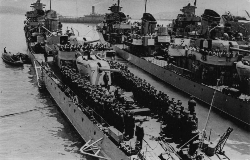 Вручение экипажу эсминца «Сообразительный» гвардейского знамени. Июнь 1943 г.
