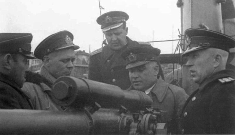 Офицеры-подводники у кормового 45-мм орудия 21-К подводной лодки Щ-422 у причала в Полярном. Июнь 1943 г.