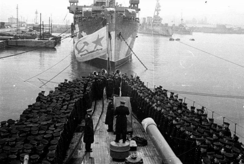 Торжественное построение экипажа легкого крейсера Черноморского флота «Красный Кавказ» по случаю 26-й годовщины Октябрьской революции. Ноябрь 1943 г.