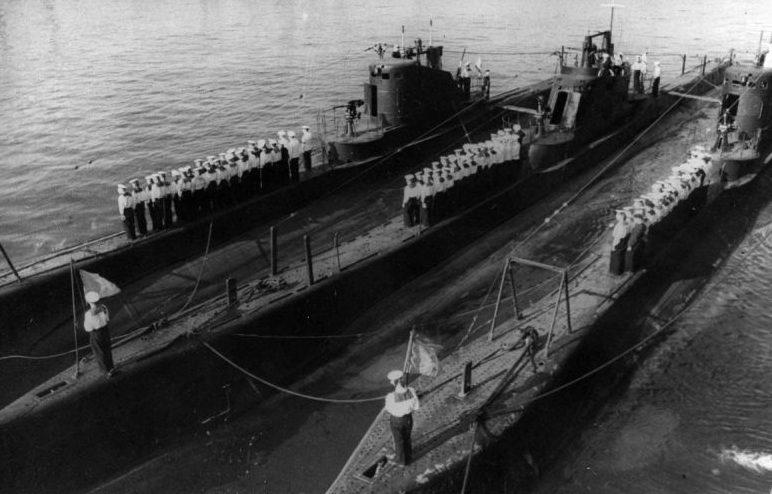 Торжественное построение экипажей подлодок Щ-201, Щ-202 и Щ-209. 1943 г.