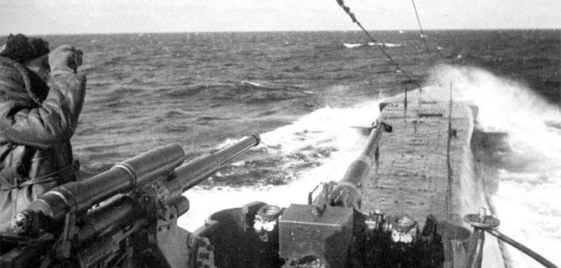 Подводная лодка Северного флота К-22 в море. 1943 г.