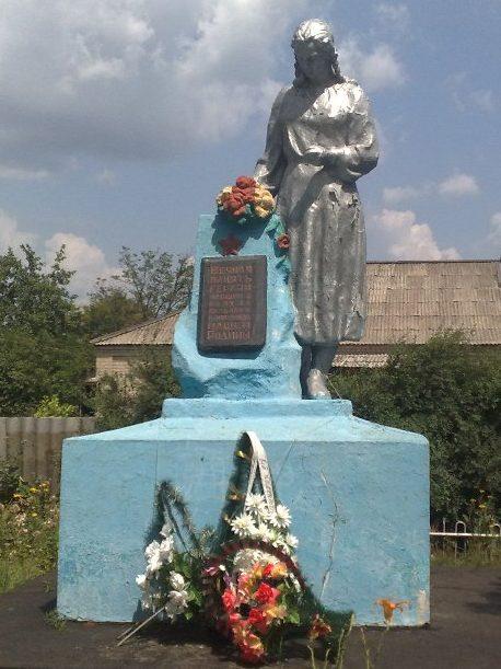 с. Мотроновка Верхнеднепровского р-на. Памятник, установленный на братской могиле, в которой похоронено 37 советских воинов, погибших в годы войны.