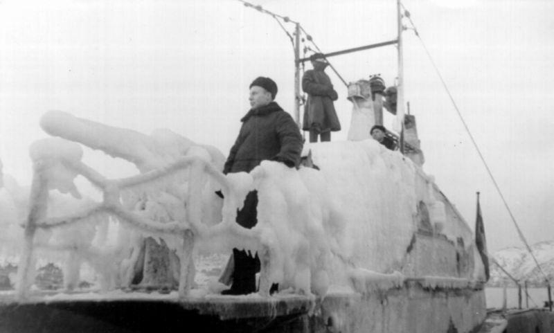 Покрытая льдом подлодка Щ-422 у причала в Полярном. 1943 г.