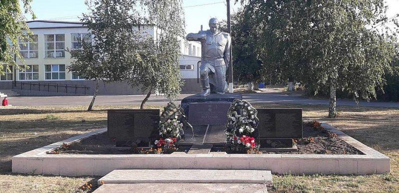 п. Новониколаевка Верхнеднепровского р-на. Памятник, установленный на братской могиле, в которой похоронено 77 советских воинов, погибших в годы войны.