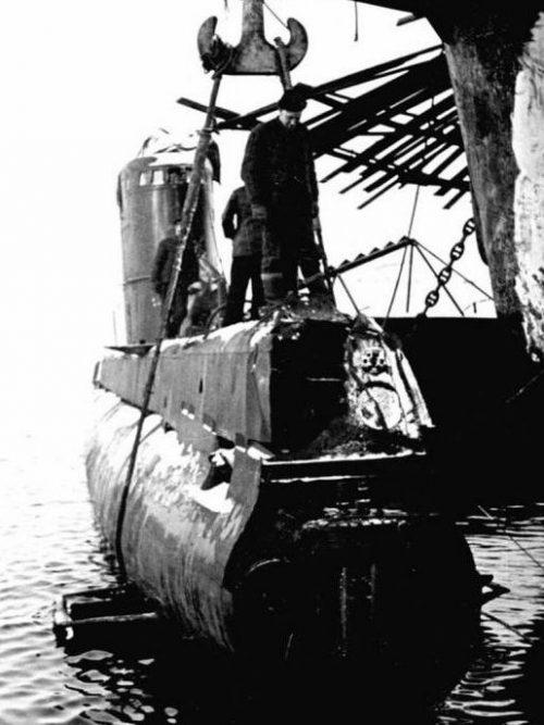 Подорвавшаяся на мине подлодка М-174 на ремонте. 1943 г.