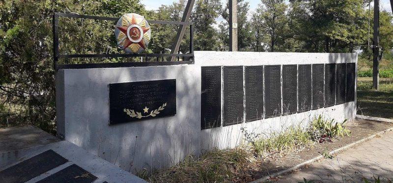 с. Пушкарёвка Верхнеднепровского р-на. Памятник, установленный в 1963 году воинам землякам, где увековечено 312 имен.