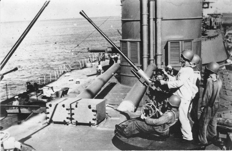 Зенитная пушка 70-К с расчетом на башне линкора «Севастополь». 1943 г.