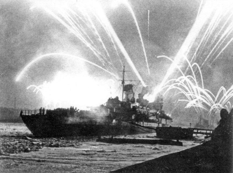 Легкий крейсер «Киров» салютует в честь окончательного прорыва блокады Ленинграда. Январь 1944 г.