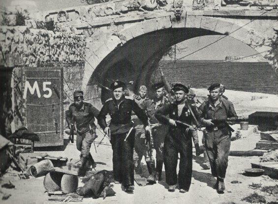 Морские пехотинцы в Севастополе. Май 1944 г.