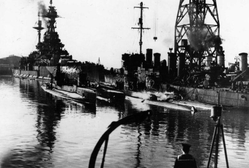 Передача Северному флоту в счет репараций Италии английских кораблей: линкора «Ройял Соверин», эсминцев и подводных лодок. Май 1944 г.