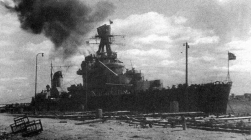 Легкий крейсер «Киров» стреляет 180-мм орудиями по позициям финских войск на Карельском перешейке. Май 1944 г.