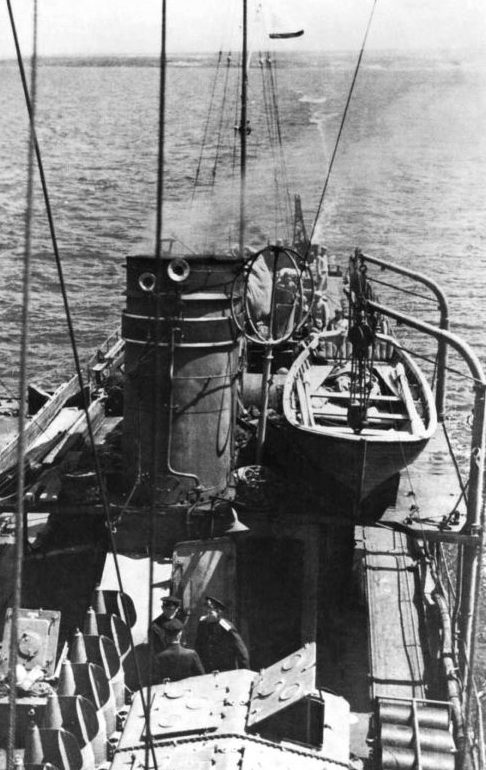 Советский тральщик ЭМТЩ-401 «Трал» ведет буксировку электромагнитного трала в акватории Черного моря. Сентябрь 1944 г.
