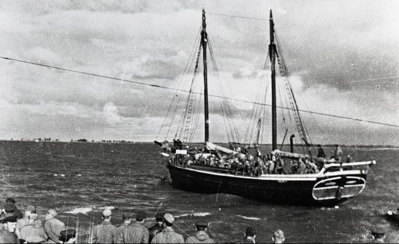Парусная шхуна с десантом идет к острову Муху в Моонзундском архипелаге. Сентябрь 1944 г.