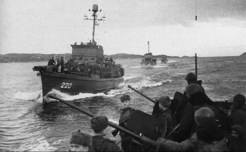 Катера американского производства типа SC с десантом на переходе к месту высадки десанта во время Петсамо-Киркенесской операции. Ноябрь 1944 г.