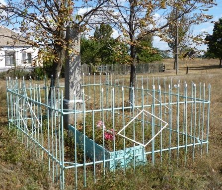 с. Васильевка Днепровского р-на. Братская могила неизвестных солдат, погибших в боях за село.