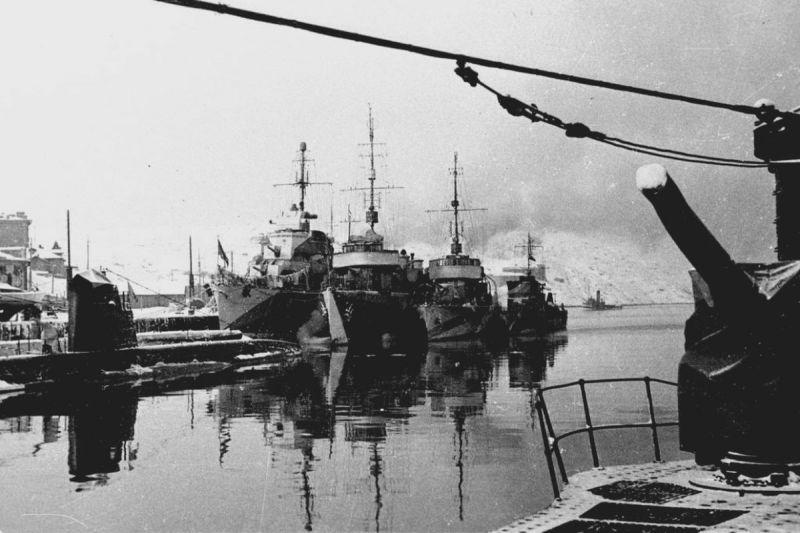 Советские корабли у причала в Полярном. 1944 г.