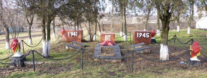 с. Долинское Днепровского р-на. Братская могила 9 воинов, погибших в боях за село и памятный знак погибшим односельчанам.