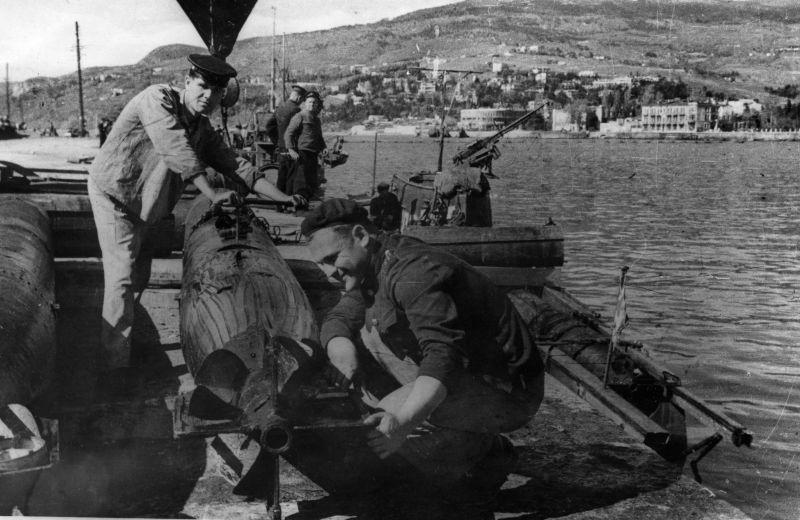 Оружейники Черноморского флота обслуживают торпеды в освобожденной Ялте. 1944 г.