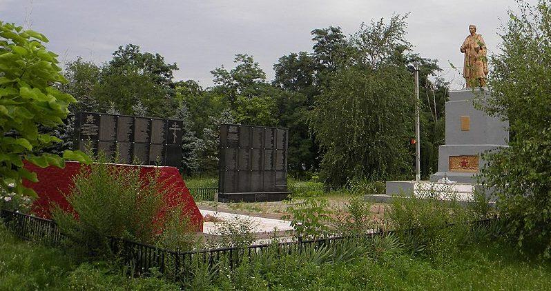 п. Кировское (Обуховка) Днепровского р-на. Памятник, установленный в 1956 году на братской могиле, в которой похоронено 32 советских воинов, погибших при освобождении села и памятный знак погибшим односельчанам.