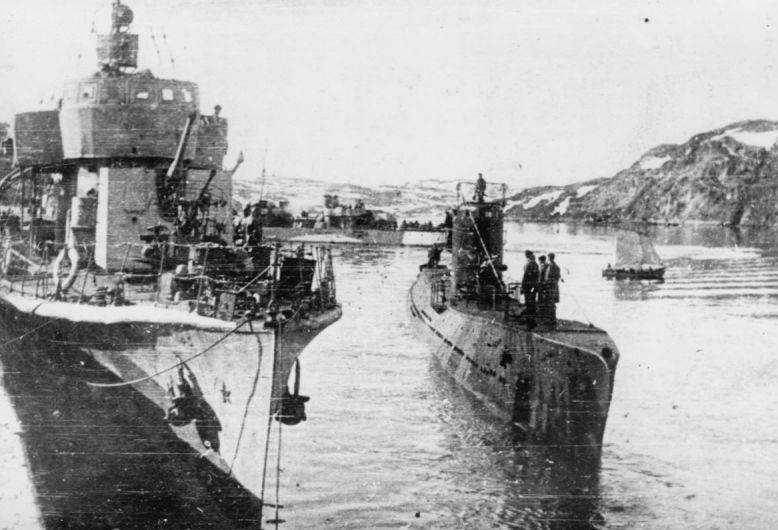 Подводная лодка С-56 и сторожевой корабль типа «Ураган» в Полярном. 1944 г.