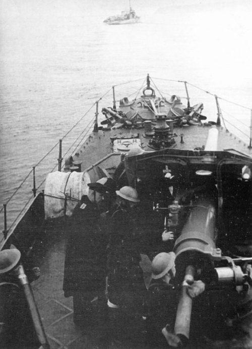 Расчет носового 102-мм орудия советского эсминца «Дерзкий».1944 г.