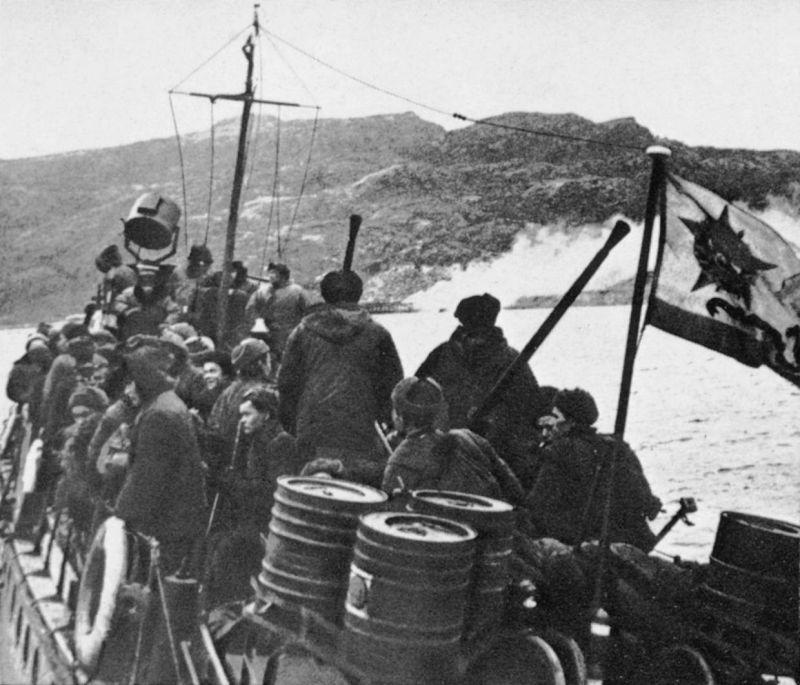 Десант морской пехоты Северного флота на борту катера в Печенгской губе. 1944 г.