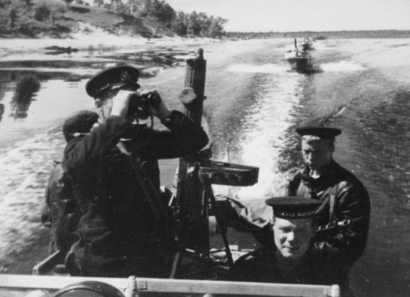 Катера Днепровской военной флотилии во время патрулирования.1944 г.