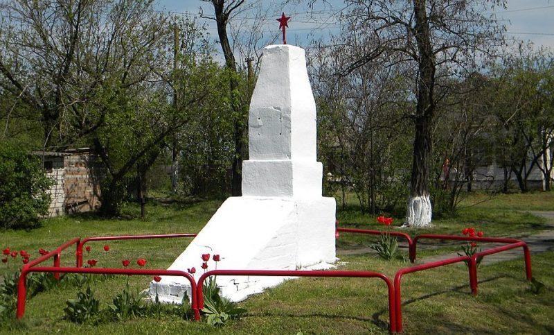 с. Николаевка Днепровского р-на. Братская могила 9 советских воинов, погибших в боях за село.