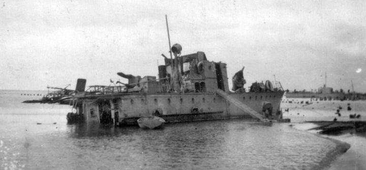 Катер СКА-031 с разрушенной кормовой частью, выброшенный на отлив в Кротково. Краснодарский край, 1944 г.