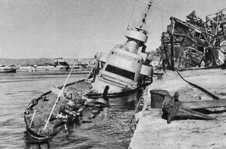 Потопленный лидер «Ташкент» после освобождения Новороссийска. 1944 г.