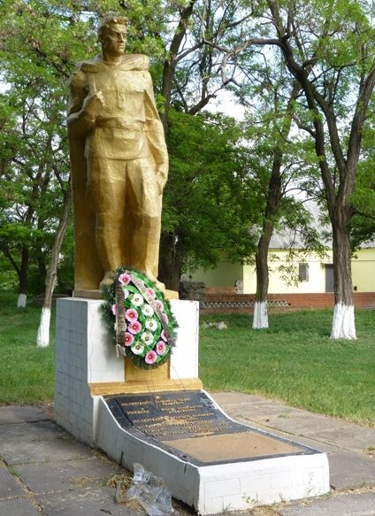 с. Новоалександровка Днепровского р-на. Памятник, установленный на братской могиле советских воинов, погибших при освобождении села.
