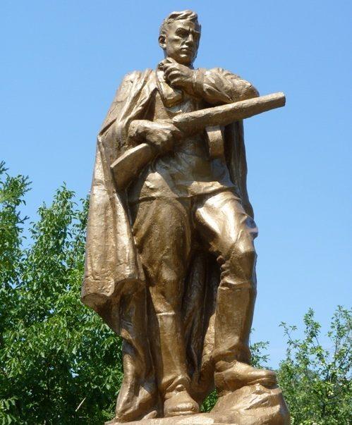 с. Новониколаевка Днепровского р-на. Памятник, установленный на братской могиле советских воинов, погибших при освобождении села.