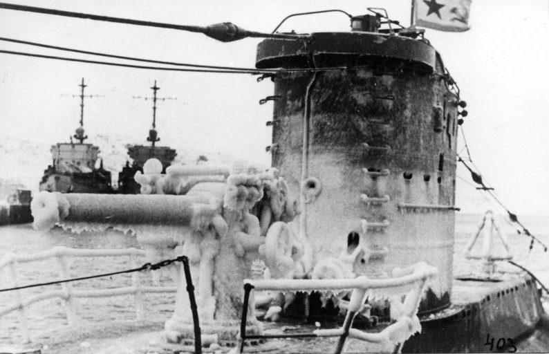 Подлодка Северного флота В-3 зимой у причала. Февраль 1945 г.