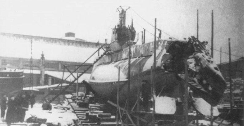 Поврежденная подлодка Щ-318 в порту финского города Турку после тарана немецким прорывателем минных заграждений «Аммерланд». Март 1945 г.