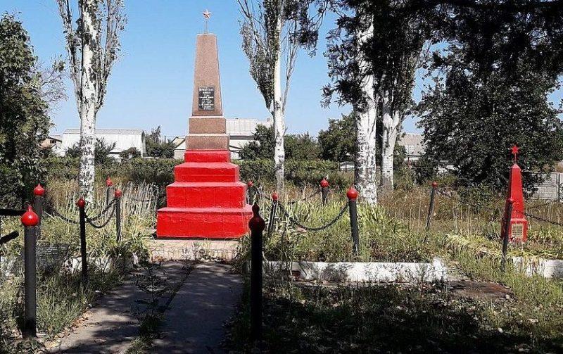 г. Подгородное Днепровского р-на. Братские могилы, в которых похоронено около 400 советских воинов, погибших при обороне города в сентябре 1941 года.