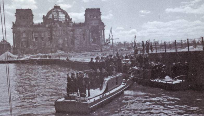 Полуглиссеры 1-го отдельного отряда Днепровской военной флотилии переправляют войска через реку Шпрее в Берлине. Май 1945 г.