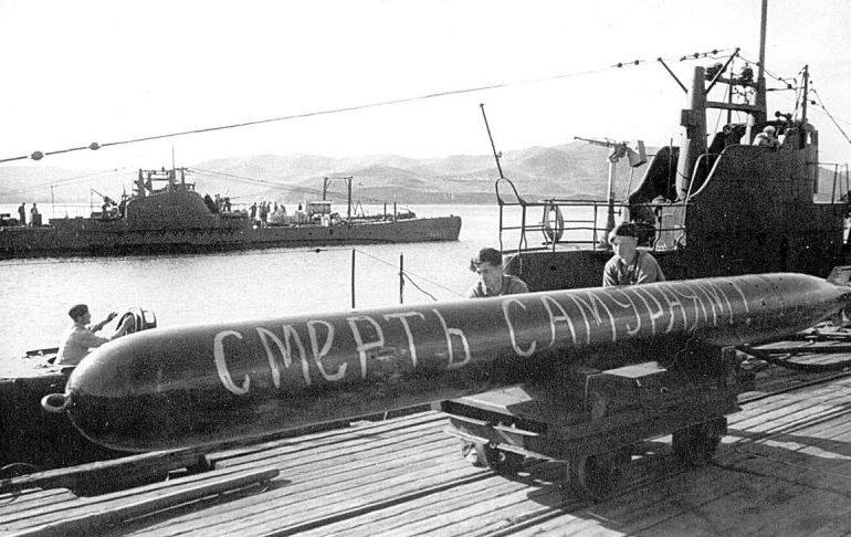 Погрузка торпеды с надписью «Смерть самураям!» на подлодку Тихоокеанского флота. Август 1945 г.