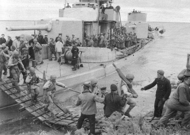 Высадка десанта с монитора Амурской флотилии на реке Сунгари. 2-й Дальневосточный фронт. Август 1945 г.