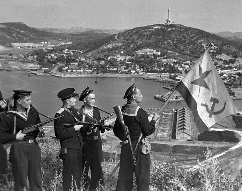 Моряки-десантники Тихоокеанского флота водружают флаг над Порт-Артуром. Китай. Октябрь 1945 г.