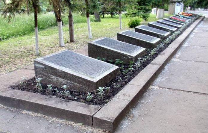 Мемориальные плиты на могилах.