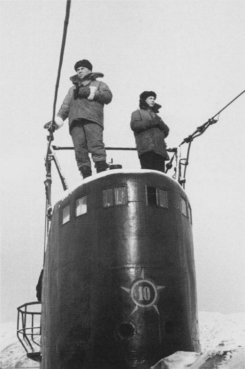 Рулевые-сигнальщики на рубке подводной лодки Северного флота С-56. 1945 г.