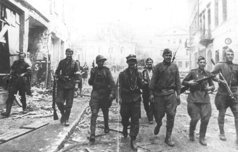 Бойцы РККА и партизаны АК совместно патрулируют улицы освобождённого Вильнюса.