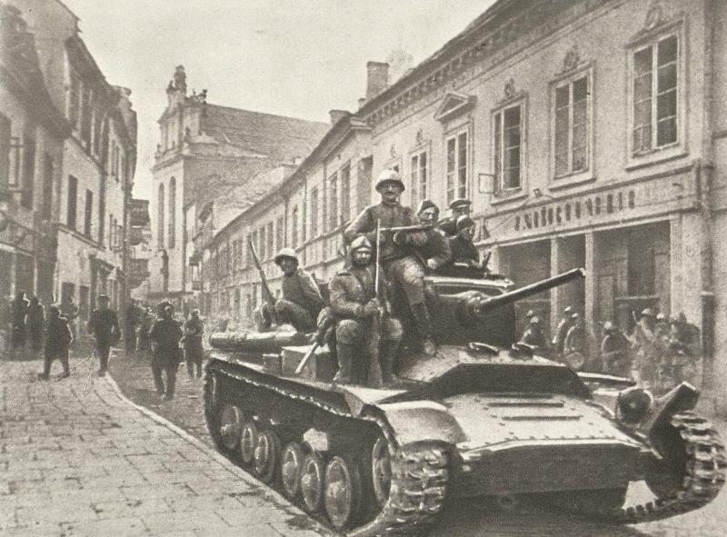 Советские войска вступают в Вильнюс.
