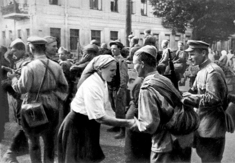 Жители Вильнюса встречают Красную Армию. Июль 1944 года.