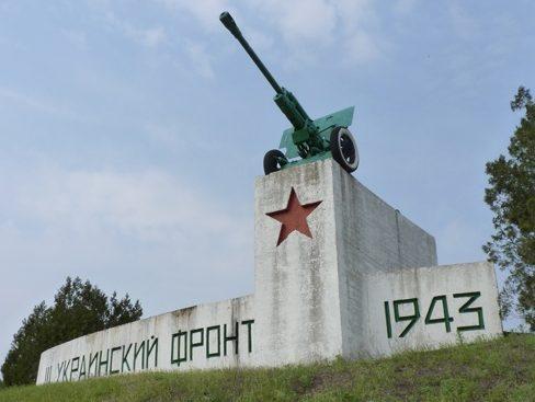 г. Каменское (Днепродзержинск). Памятник-пушка 76-мм ЗИС-3, установленный в честь форсирования Днепра.
