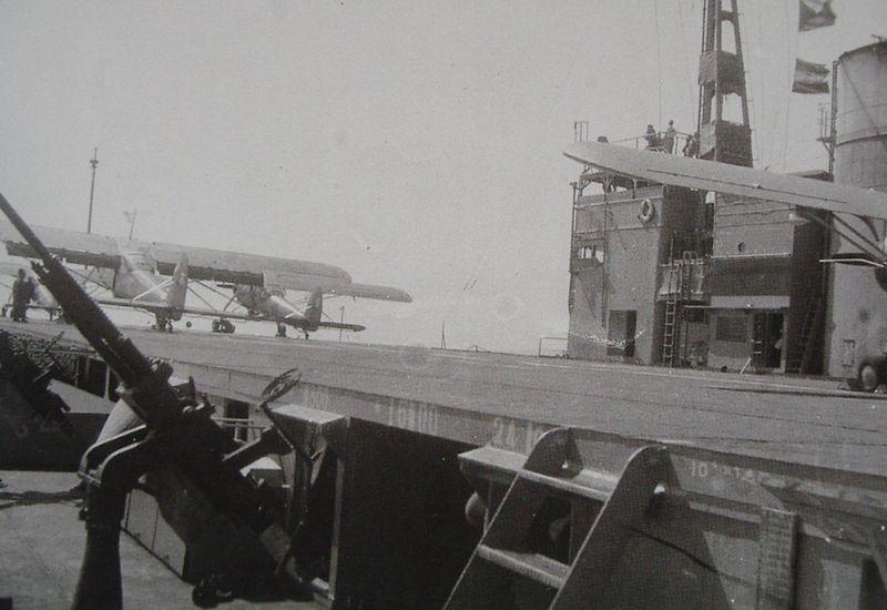 Самолеты-корректировщики Ki-76 на палубе «Akitsu Maru».